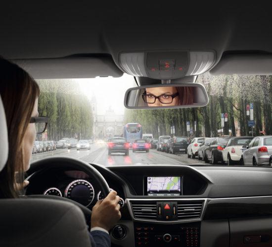 Frau in Auto
